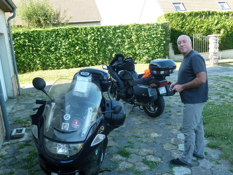 Dans la cour de chez Bertrand.